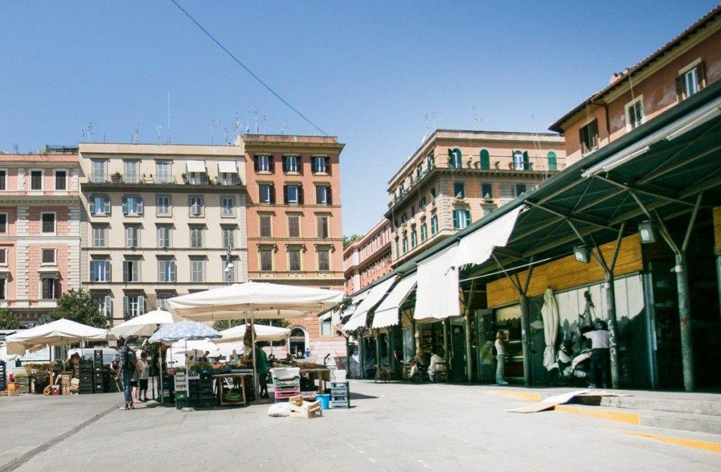Questa immagine ha l'attributo alt vuoto; il nome del file è Shopping-a-Roma-economico-11-1024x671-1.jpg